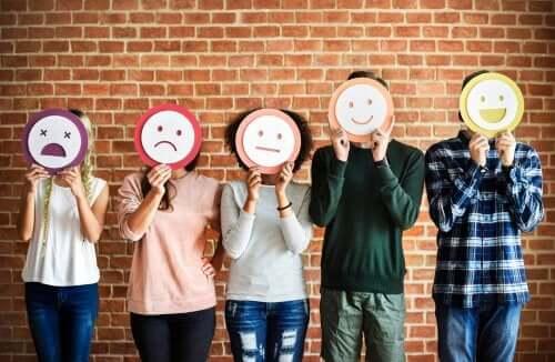 Mensen met maskers van emoticons
