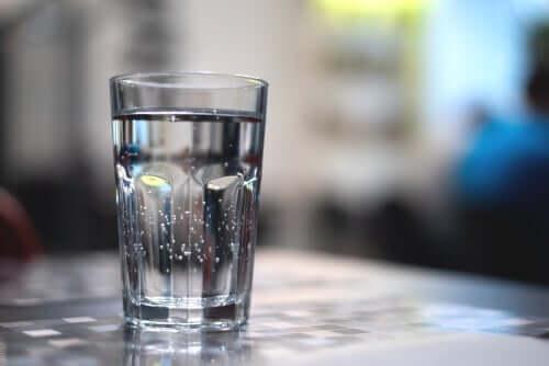Een glas water op een tafel