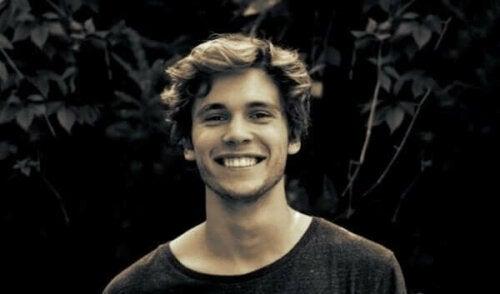 Een portret van een lachende jongeman