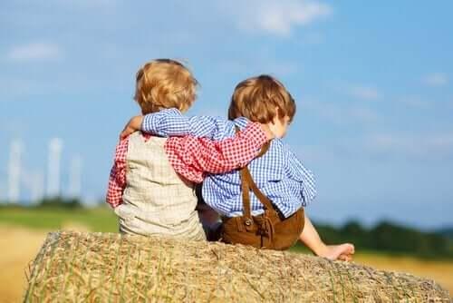 Twee kinderen omhelzen elkaar