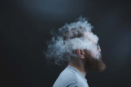 Een man met zijn hoofd in de rook