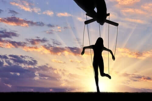 Een vrouw aan touwen als een marionet