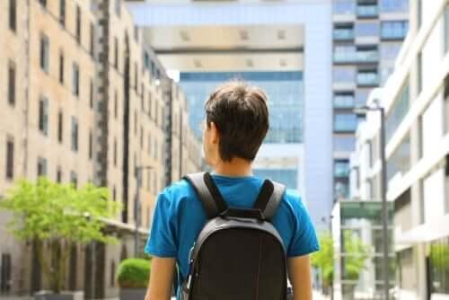 Een man met een rugzak loopt door een stad