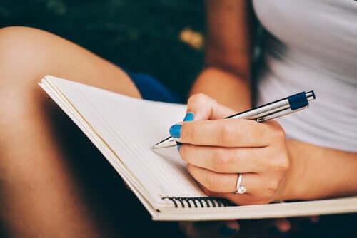 Een vrouw schrijft in een dagboek