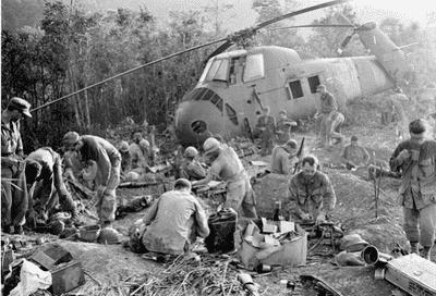 Soldaten bij een helikopter