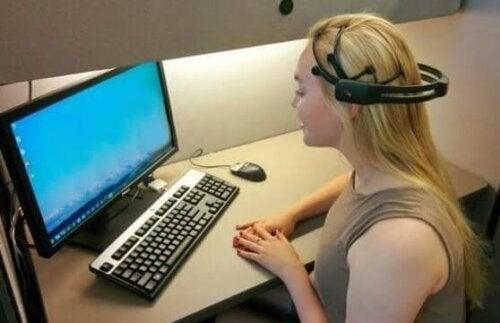 Een vrouw zit achter een computer