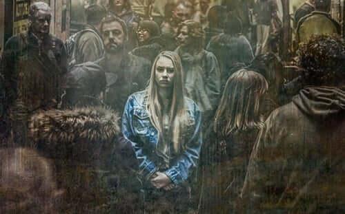 Een vrouw in de menigte