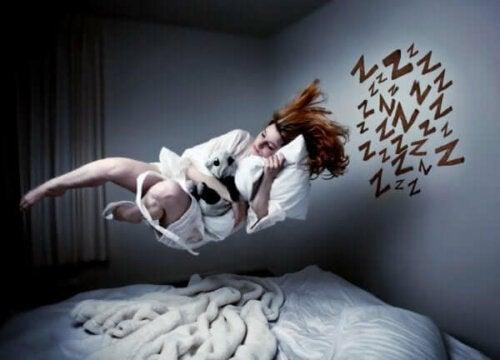 Een vrouw zweeft boven haar bed