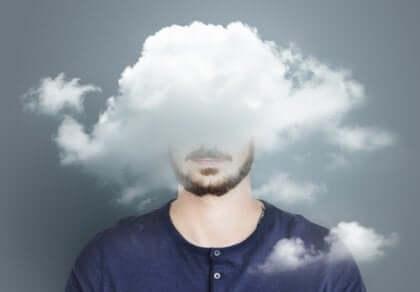 Man met hoofd in de wolken