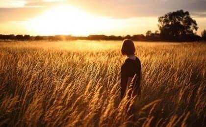 Vrouw in tarweveld denkt na over zelfbeeld