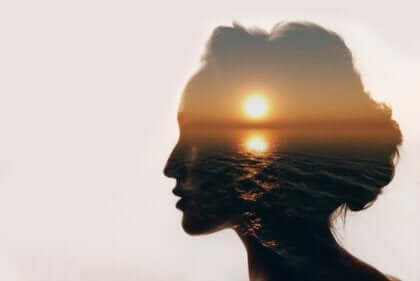 Vrouw met zonsondergang in hoofd