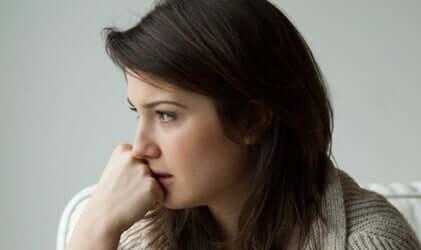 Bezorgde vrouw met haar hand tegen haar gezicht