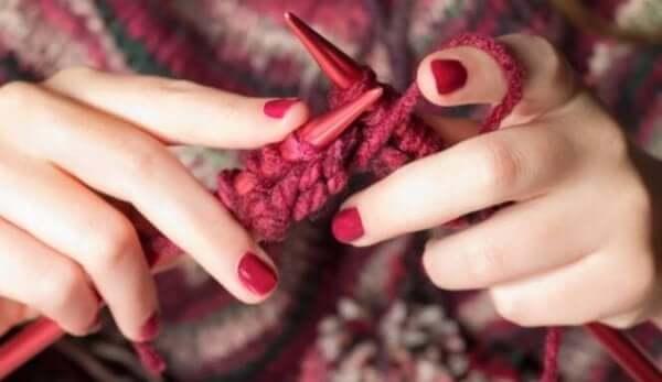 Handen van een breiende vrouw