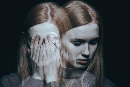 Een double-exposure afbeelding van een vrouw