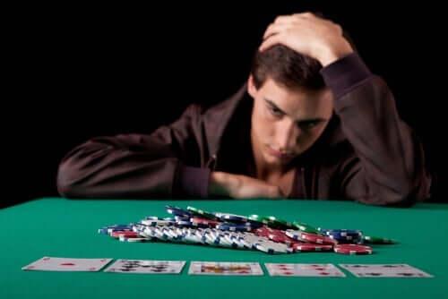Een man achter een pokertafel