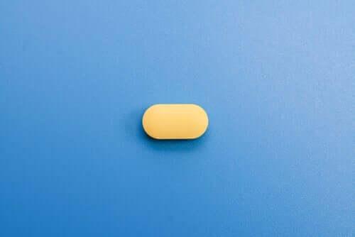 Een gele pil op een blauwe achtergrond