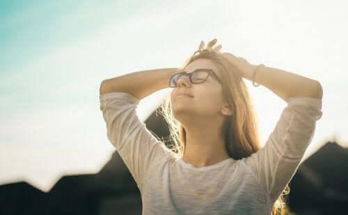 Een vrouw rekt zich uit in de zon