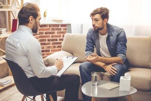 Een man is in gesprek met een therapeut