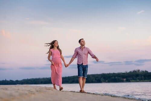 Een stel loopt hand in hand op het strand
