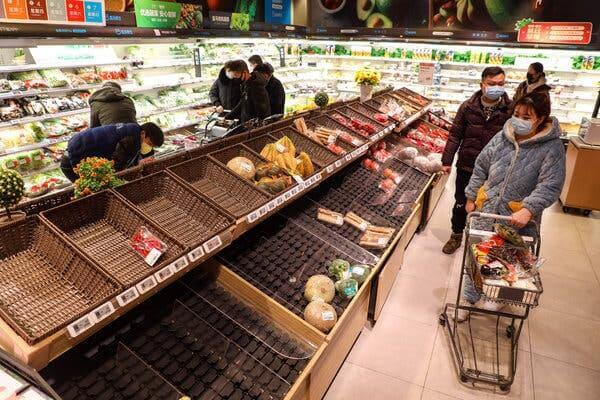 Lege schappen in de supermarkt