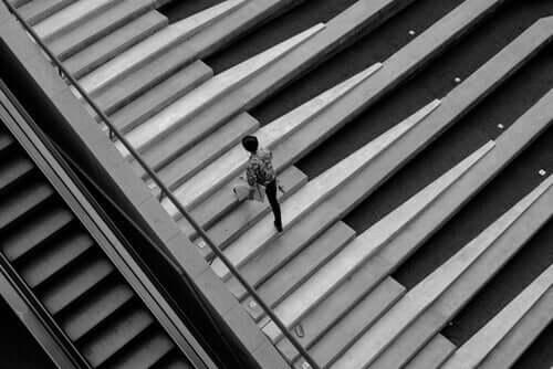 Een man loopt over een pianotrap