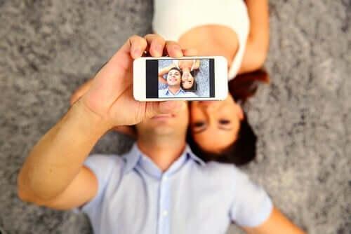 Een koppel maakt een selfie
