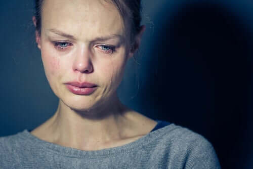 Een huilende vrouw met tranen op haar wangen