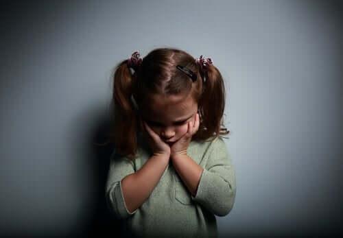 Een verdrietig meisje