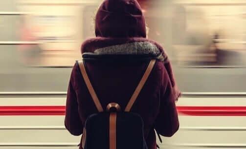 Vrouw wacht op volle trein
