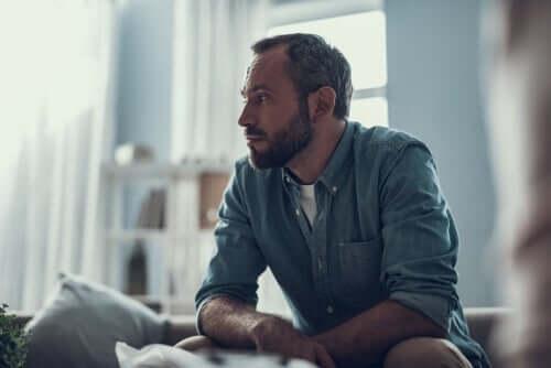 Bezorgde man met angst om zijn baan te verliezen