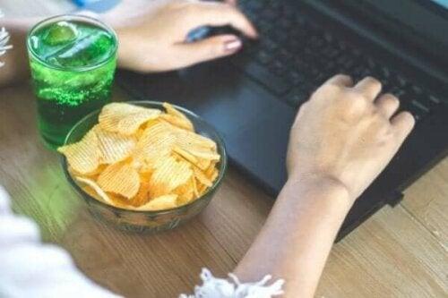 De gevaren van emotioneel eten tijdens de quarantaine
