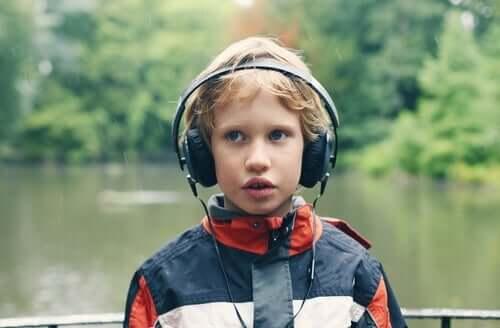 Autistische jongen luistert naar muziek ter afleiding