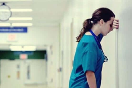 Een verpleegster is uitgeput