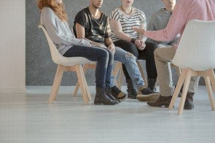 Mensen zitten in een kring bij groepstherapie