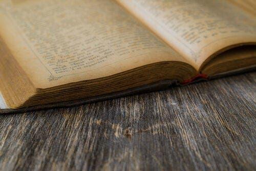 Een oud boek dat open ligt