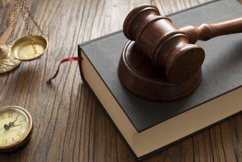 De hamer van een rechter