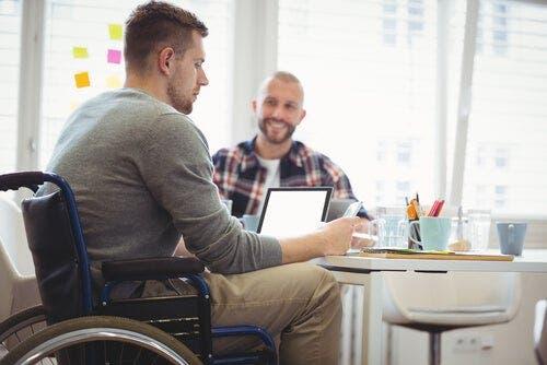 Een man in een rolstoel bij een therapeut