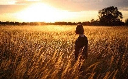 Een vrouw in een veld