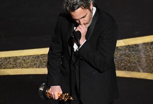 Joaquin Phoenix met zijn Oscar