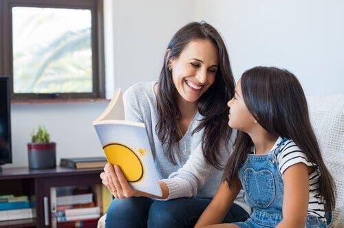 Moeder leert dochter lezen