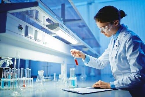 Onderzoeker in laboratorium