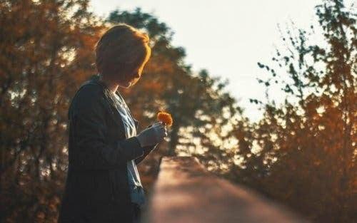Vrouw wacht op geluk