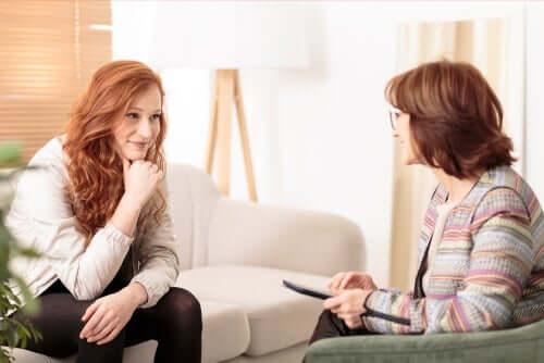 Vrouwelijke psychologe luistert goed