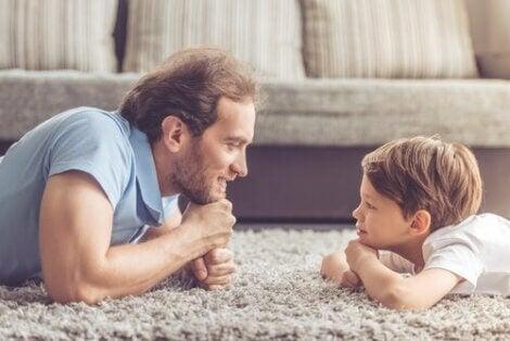 Jongen kijkt naar vader