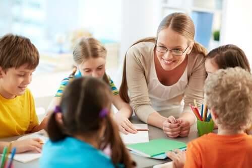 Juf in de klas met kinderen
