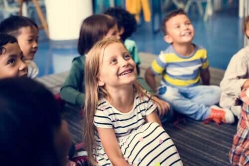 Kinderen in de klas leren waarden met een waardenboom