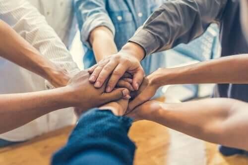 Samengevoegde handen van 8 mensen