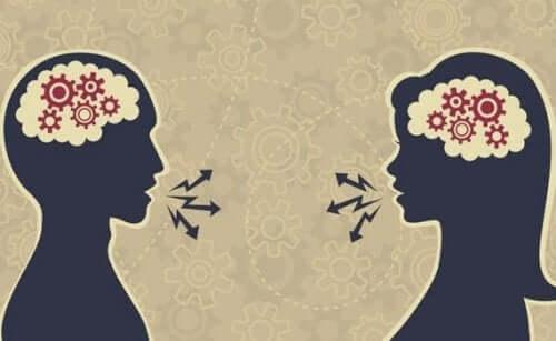 Silhouetten van twee mensen die praten