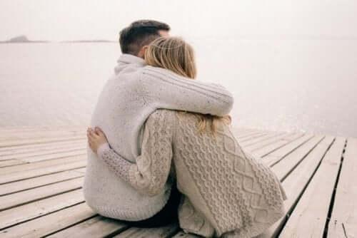 Een koppel dat elkaar knuffelt