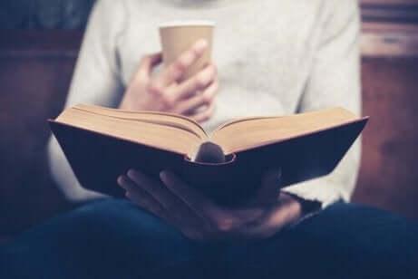 Een man leest een boek